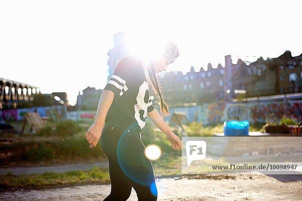 Junge Frauen tanzen im Sonnenlicht  hinterleuchtet