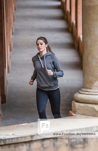 Junge Frau in Sportbekleidung beim Joggen