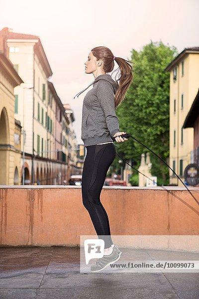 Seitenansicht der Frau in Sportbekleidung mit Springseil