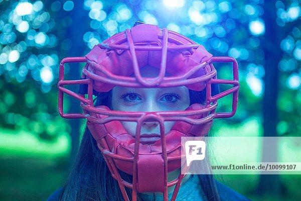 Porträt des starrenden Teenagermädchens im Park mit roter Schiedsrichtermaske