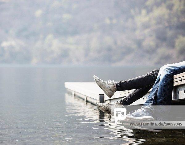Beine eines jungen Paares am Pier am Mergozzo-See  Verbania  Piemonte  Italien