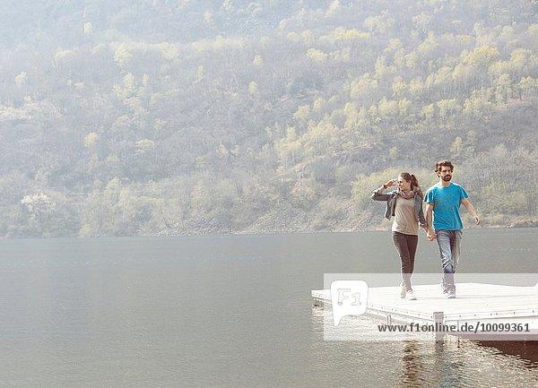 Junges Paar auf dem Pier am Mergozzo-See  Verbania  Piemonte  Italien