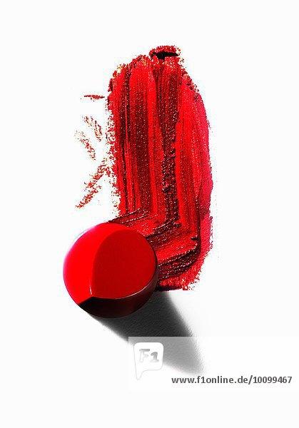 Auszug aus einem Stück rotem Lippenstift mit verschmierter Linie