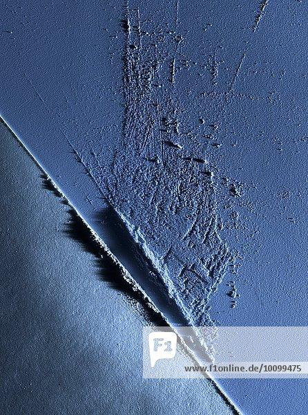 Auszug aus feinem blauen Lidschattenpuder mit diagonaler Linie