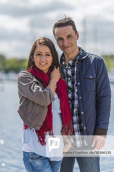 Junges Paar am Yachthafen  Portrait  Boltenhagen  Mecklenburg-Vorpommern  Deutschland  Europa