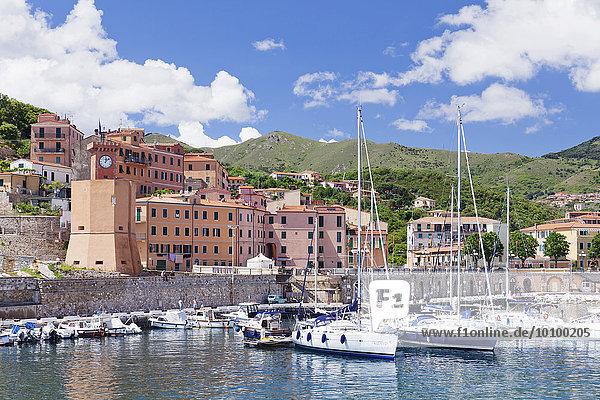 Hafen mit Uhrturm  Rio Marina  Elba  Provinz Livorno  Toskana  Italien  Europa