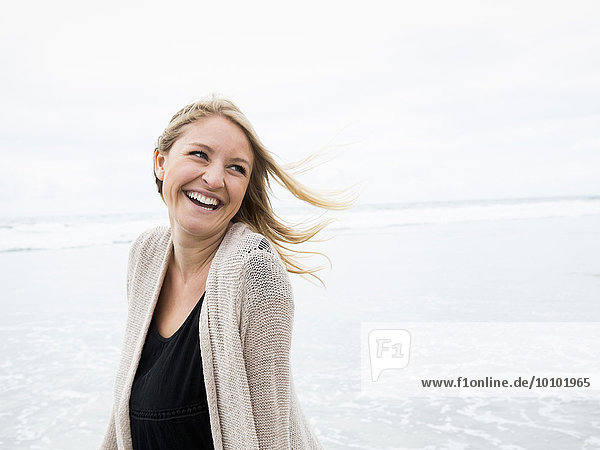 junge Frau junge Frauen Portrait lächeln Strand