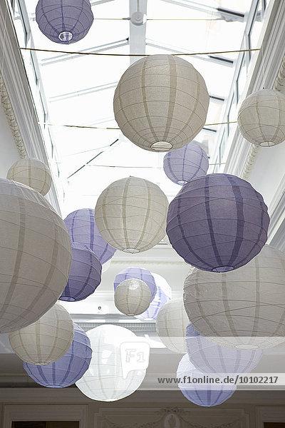 Von der Decke hängende weiß-blaue Bambus-Papierlaternen.