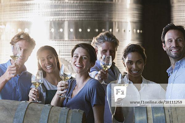 Portrait lächelnde Freunde Weinprobe im Weinkeller