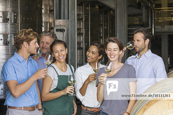 Mitarbeiter des Weingutes bei der Verkostung von Weißwein im Keller
