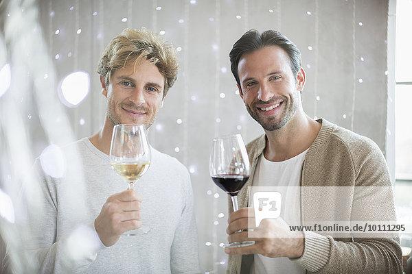 Portrait lächelnde Männer Weinprobe