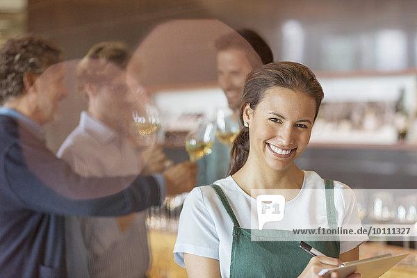 Portrait lächelnder Arbeiter mit Zwischenablage im Verkostungsraum des Weinguts