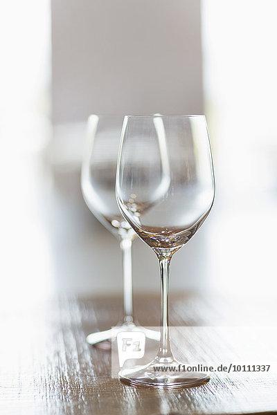 Schließen Sie zwei leere Weingläser.