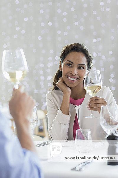 Paar trinkt Weißwein am Restauranttisch