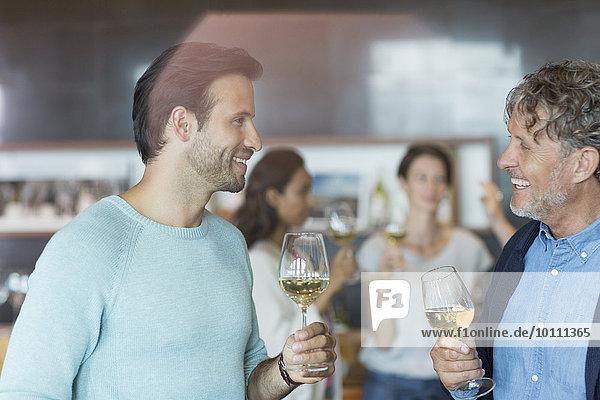 Freundeskreis Weinprobe und Gespräch im Weinkeller
