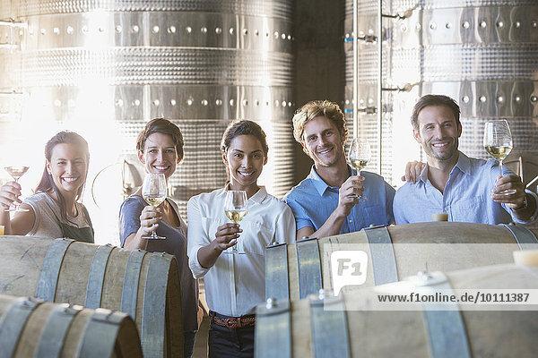 Portrait lächelndes Weingut Mitarbeiter Fassverkostung im Keller