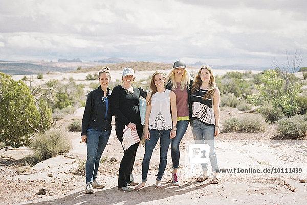 stehend Frau Freundschaft 5 lächeln Landschaft Wüste Seitenansicht