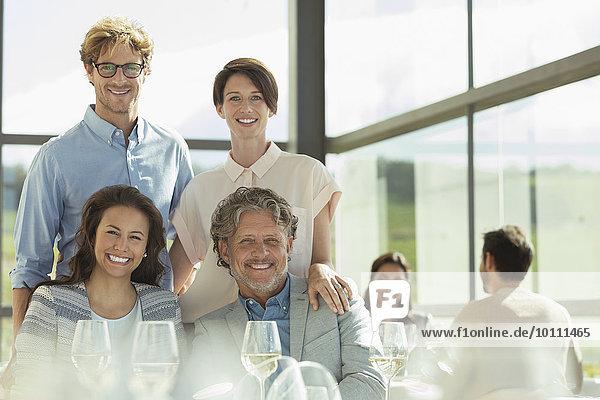 Portrait lächelnde Freunde im sonnigen Restaurant