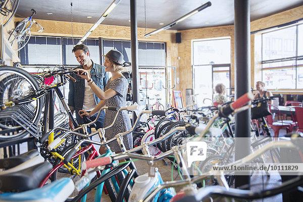 Paar Browsing-Fahrräder am Fahrradständer im Fahrradgeschäft