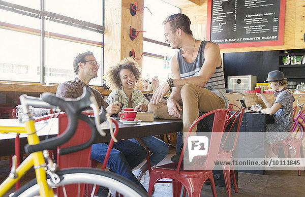 Freunde  die sich im Café unterhalten.