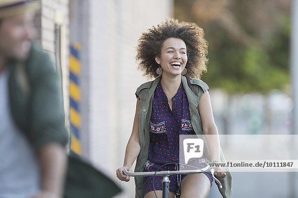 Enthusiastische Frau mit Afrofahrrad