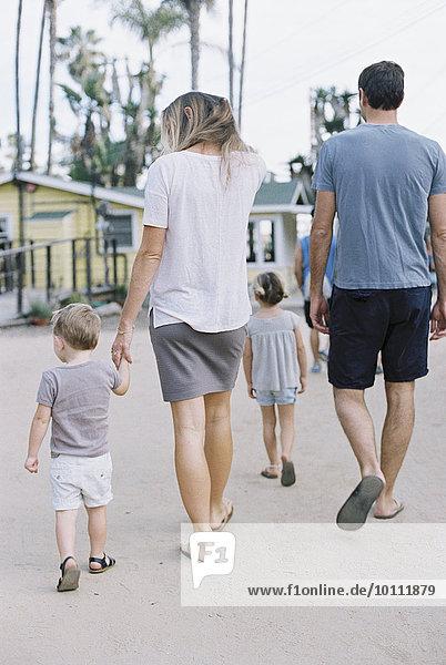 gehen Sohn Rückansicht Ansicht jung Tochter
