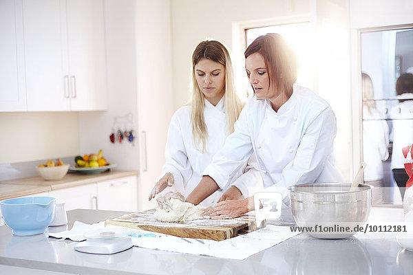 Köche beim Backen von Knetteig in der Küche