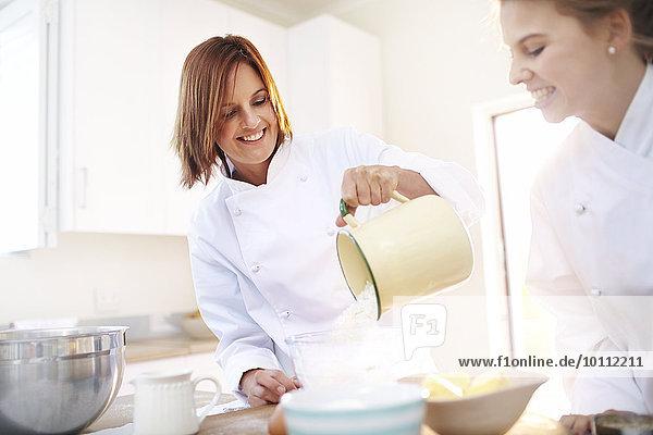 Köche backen in der Küche