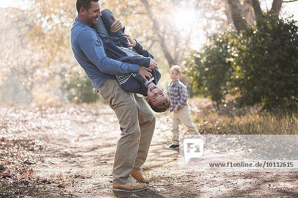 verkehrt herum Spiel Menschlicher Vater Sohn heben Weg umgedreht