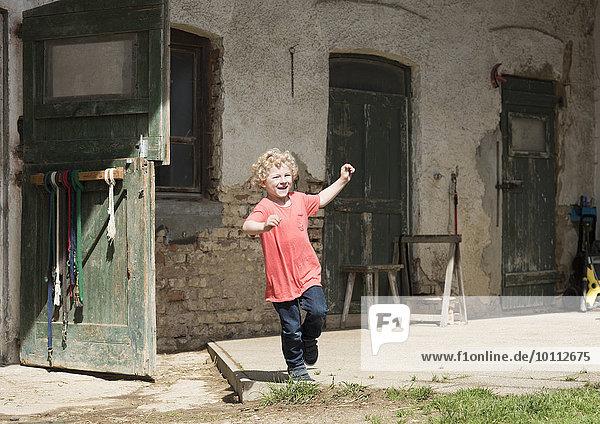 Kleiner Junge vor Pferdestall