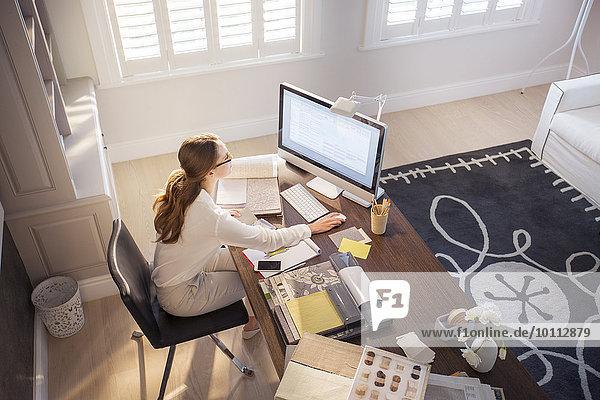 Innenarchitekt Computer arbeiten Innenarchitektin Heimarbeitsplatz