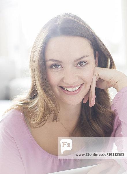 Portrait Frau lächeln Close-up braunhaarig