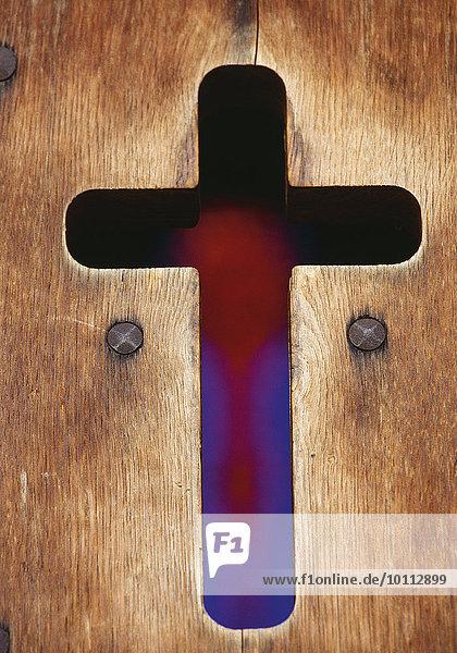 Kreuz in Holztüre