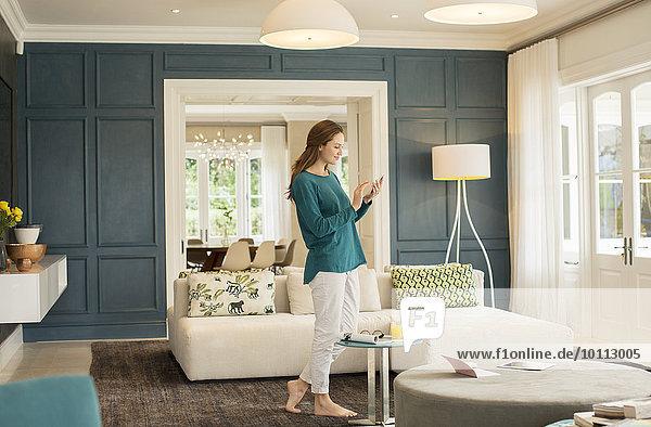 Handy Frau Kurznachricht Zimmer Wohnzimmer zu Hause
