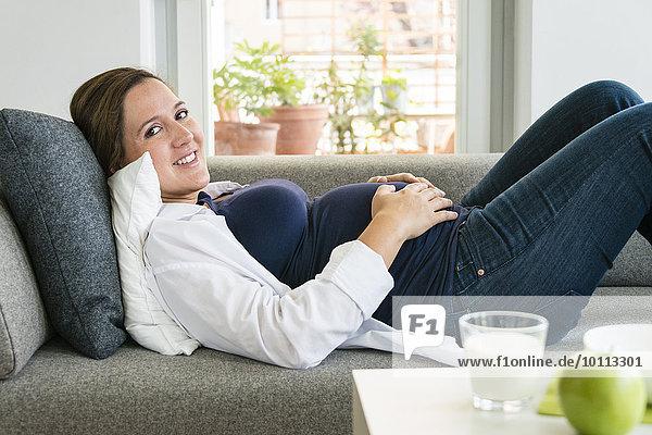 Frau Couch ruhen Schwangerschaft