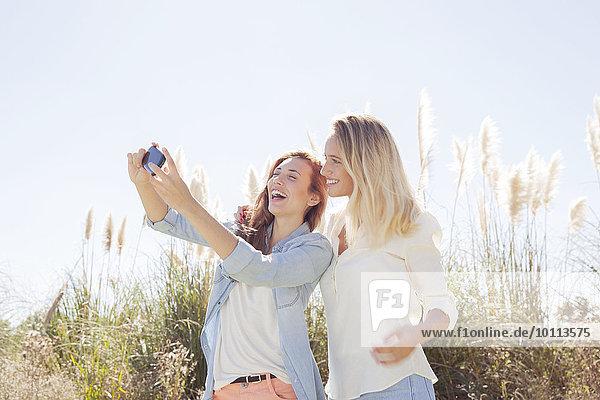 Außenaufnahme Zusammenhalt Freundschaft Zeit Geld ausgeben Zeit verbringen freie Natur Qualität