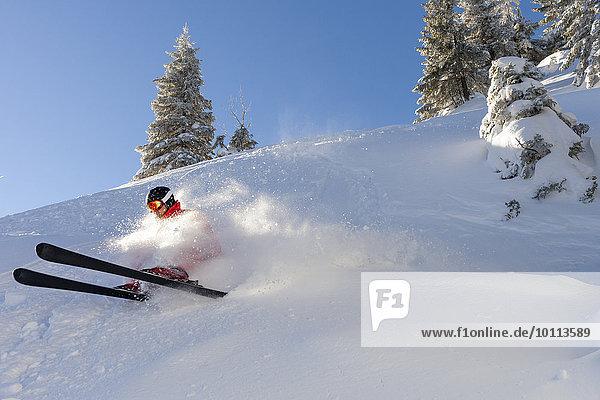 Skiurlaub Mann fährt Ski bergab