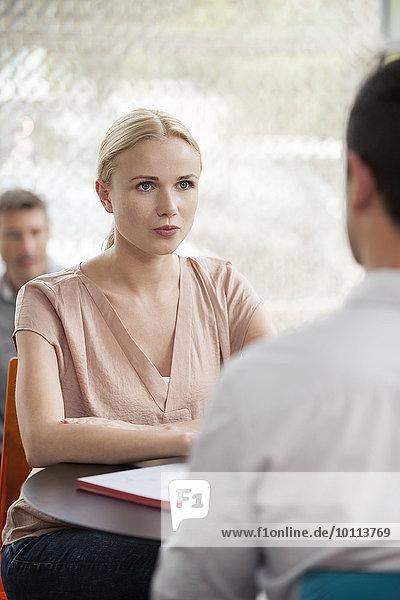 Frau beim informellen Treffen mit Kollegen
