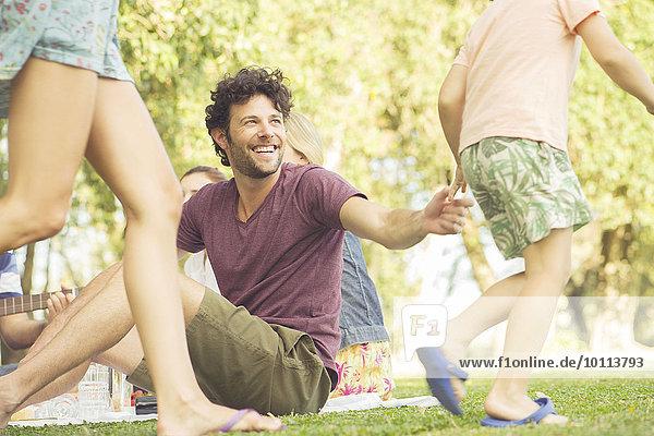 Mann sehen Picknick Spiel