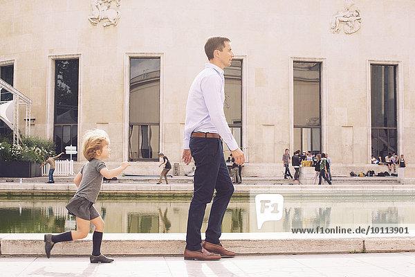 Vater und kleine Tochter verbringen Zeit zusammen im Park.