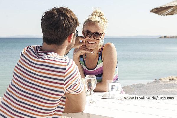 sitzend Strand jung Tisch