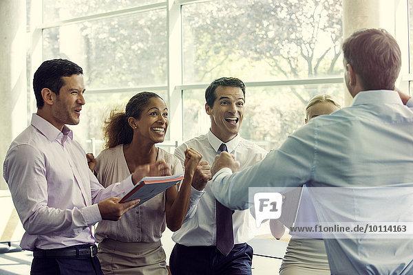 Business-Teammitglieder feiern Erfolg