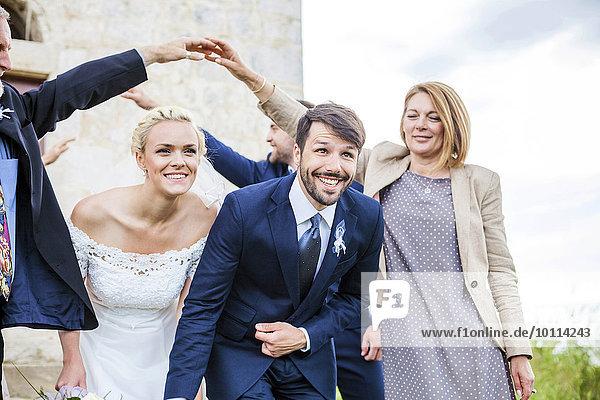 Ehepaar Hochzeit umgeben Gast Kapelle