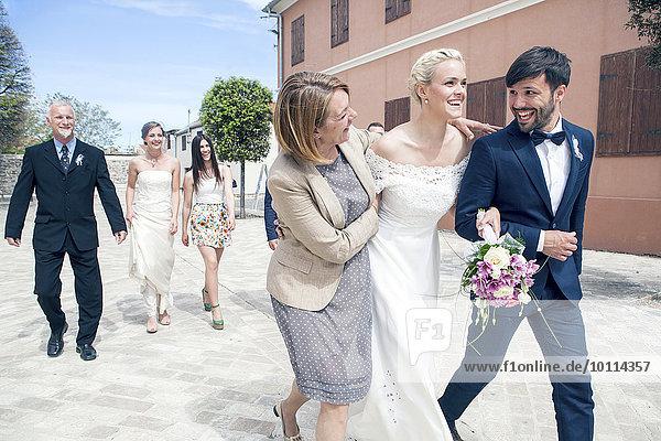 Zusammenhalt Braut Bräutigam gehen