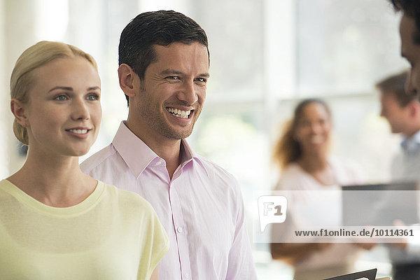 Mann und Frau hören dem Verkäufer zu