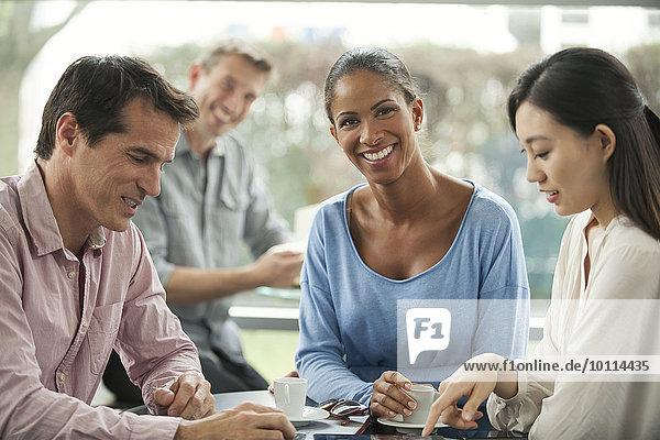 Frau genießt Kaffeepause mit Kollegen