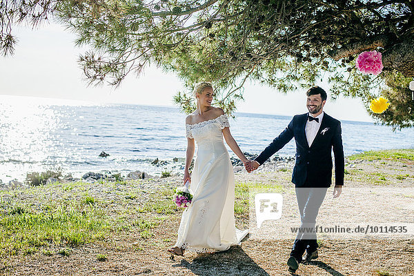 Außenaufnahme Braut Bräutigam halten freie Natur