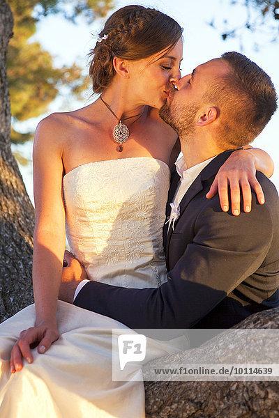 Außenaufnahme Braut Bräutigam küssen freie Natur