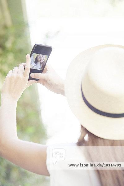 Frau nehmen Smartphone