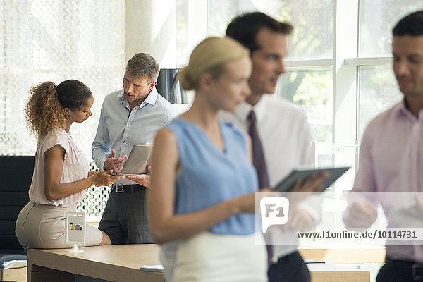 Verkäufer demonstriert dem Kunden das digitale Tablett